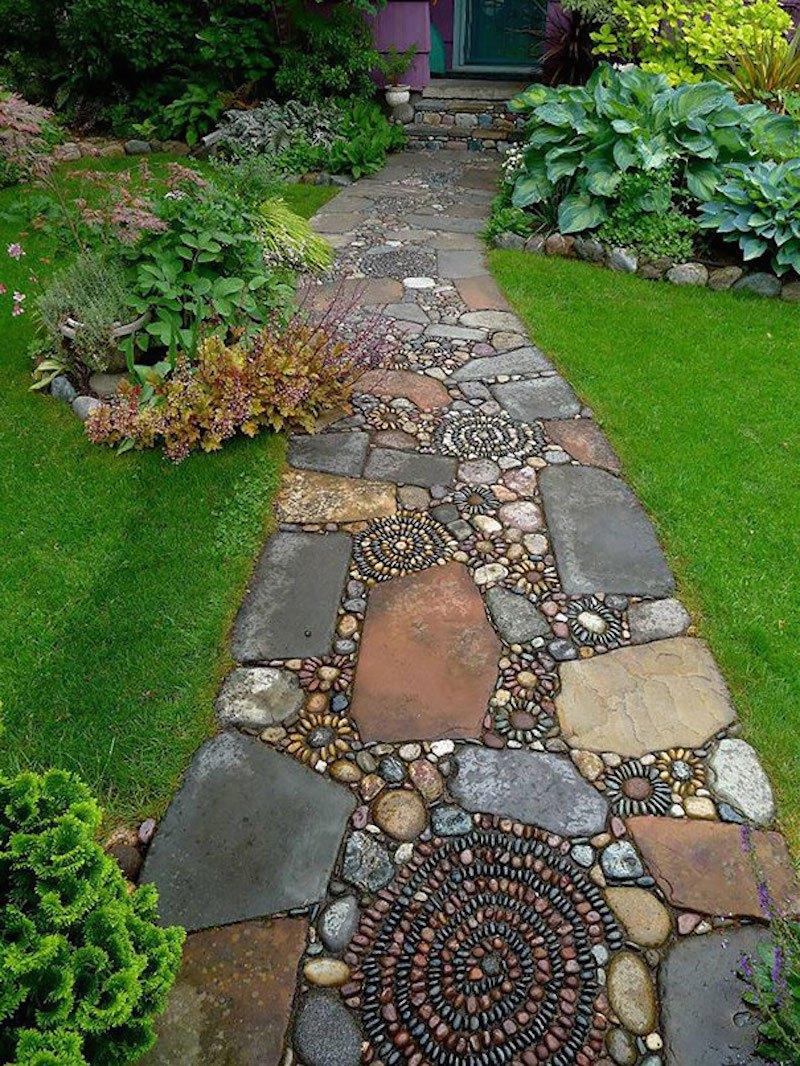 пътека с камъчета в двора