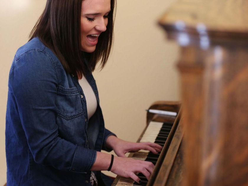 момиче свири на пиано