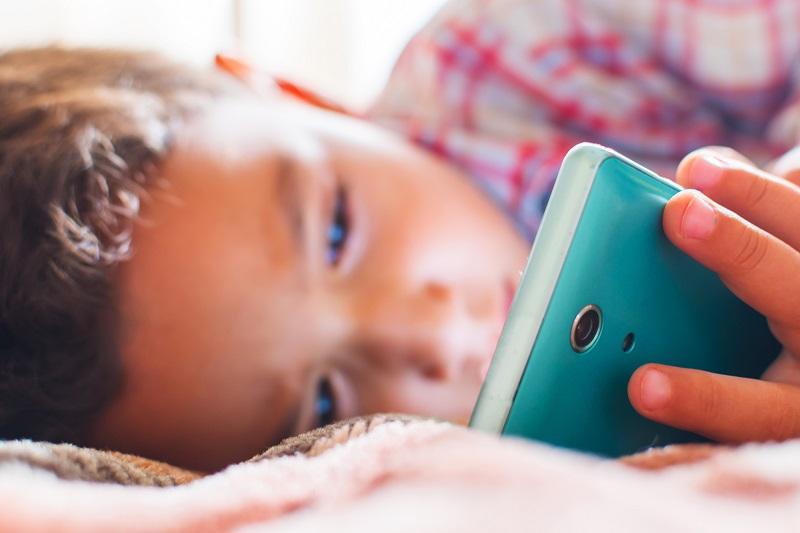 мобилен телефон в леглото