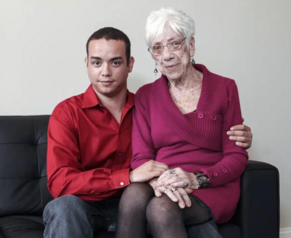 млад мъж с възрастна жена