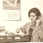Josefina Carabias au téléphone