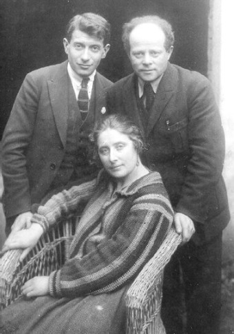 Yitzhak Katenelseon with the artist Shmuel Grodzenski and his wife Miriam