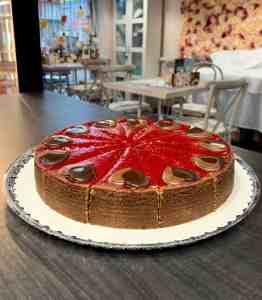 Cheesecake čoko višňa. Zákusky z Ružovej cukrárne Nitra