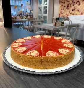 Cheesecake jahodový. Zákusky z Ružovej cukrárne Nitra