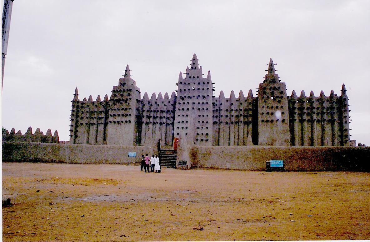 Το τζαμί της Djenee στο Μάλι είναι το μεγαλύτερο κτίριο από πηλό στον κόσμο. Μνημείο πολιτιστικής κληρονομιάς της UNESCO εδώ και 21 χρόνια, πρωτοχτίστηκε περί το 1200 με την τελευταία του μορφή από το 1907.