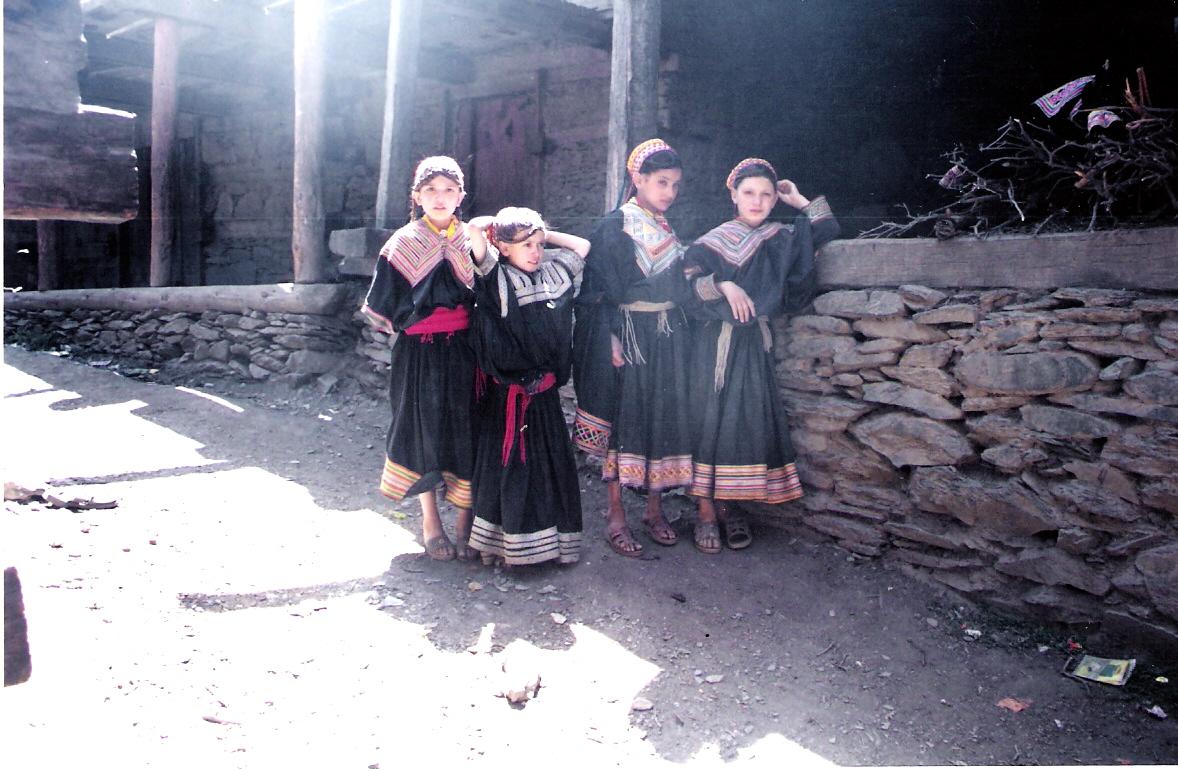 Κοριτσάκια στα χωριά των Καλάς