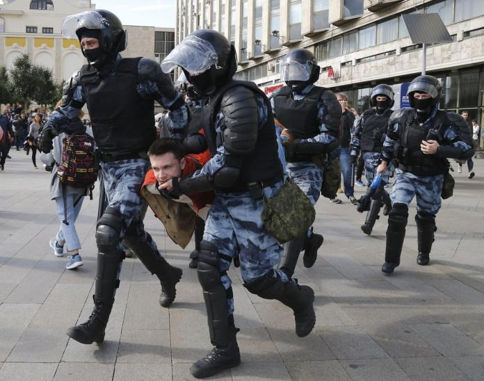More than 2 000 detained in protests across Russia
