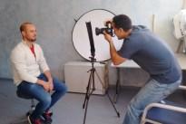 Beim Fotografieren geht der Fotograf Arasch Zandieh in die Knie. Auf einer Ebene mit seinem Gegenüber.