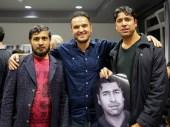 """Der Fotograf Arasch Zandieh zusammen mit den Teilnehmern des Integrationsprojekts """"Mein neues Zuhause"""""""