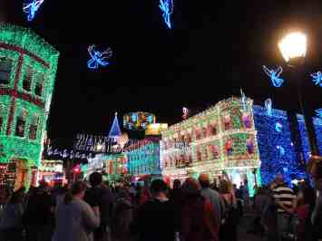 Crowds love The Osborne Family Spectacle of Dancing Lights