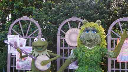 Kermit and Miss Piggy Topiary
