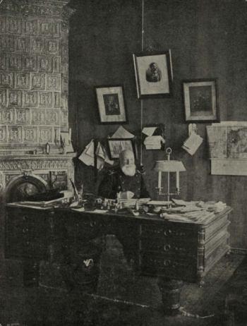 Дерюгин в кабинете