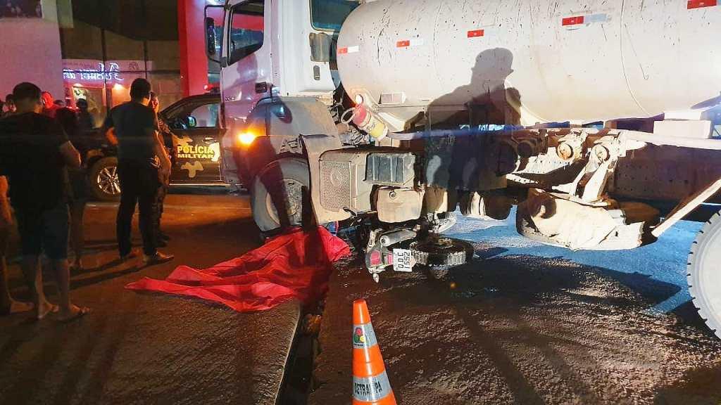 Jovem morre ao ter cabeça esmagada em acidente entre caminhão e moto