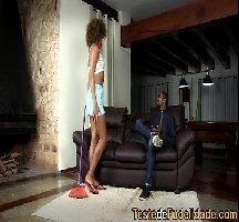 Empregada negra gostosa chupando a rola do patrão