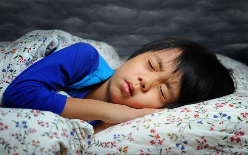kanak-kanak itu bercakap dalam mimpi