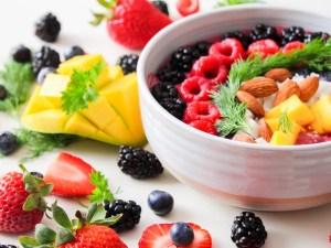 miska z owocami i migdalami
