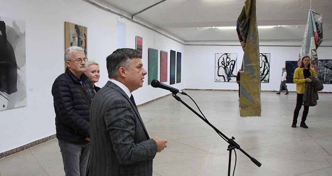 Львівський палац мистецтв вилучив картини з написами «Suck my dick» і «Кiss my ass»