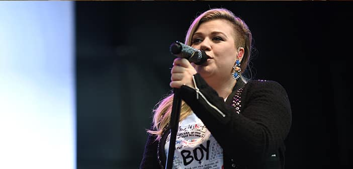Kelly Clarkson Shares Pregnancy News During Concert