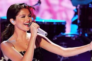 Selena Gomez Joins In On Fans FaceTime Chat Mid-Concert