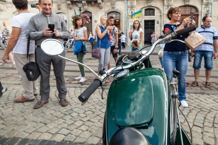 Члени клубу Клуб ЗАЗ Козак на святкових заходах на Площі Ринок У Львові 24 серпня 2020 року з нагоди Дня Незалежності