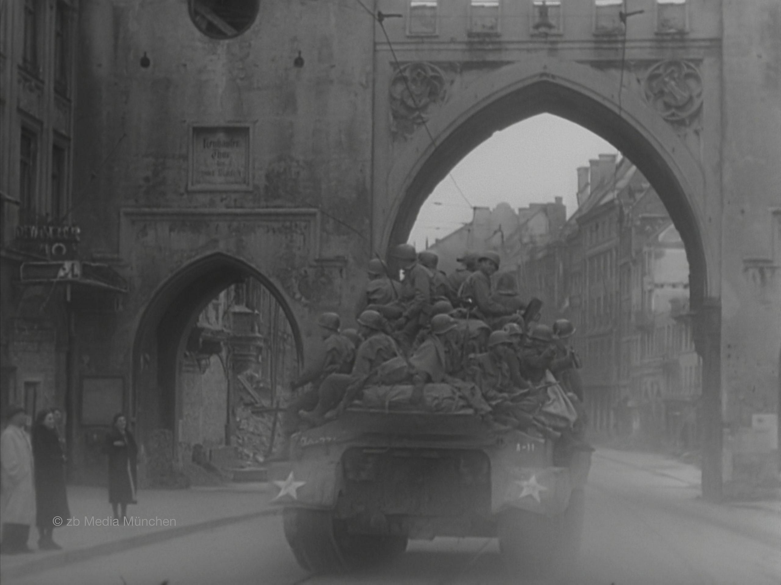 Amerikanischer Panzer am Karlstor, München 30. April 1945, close