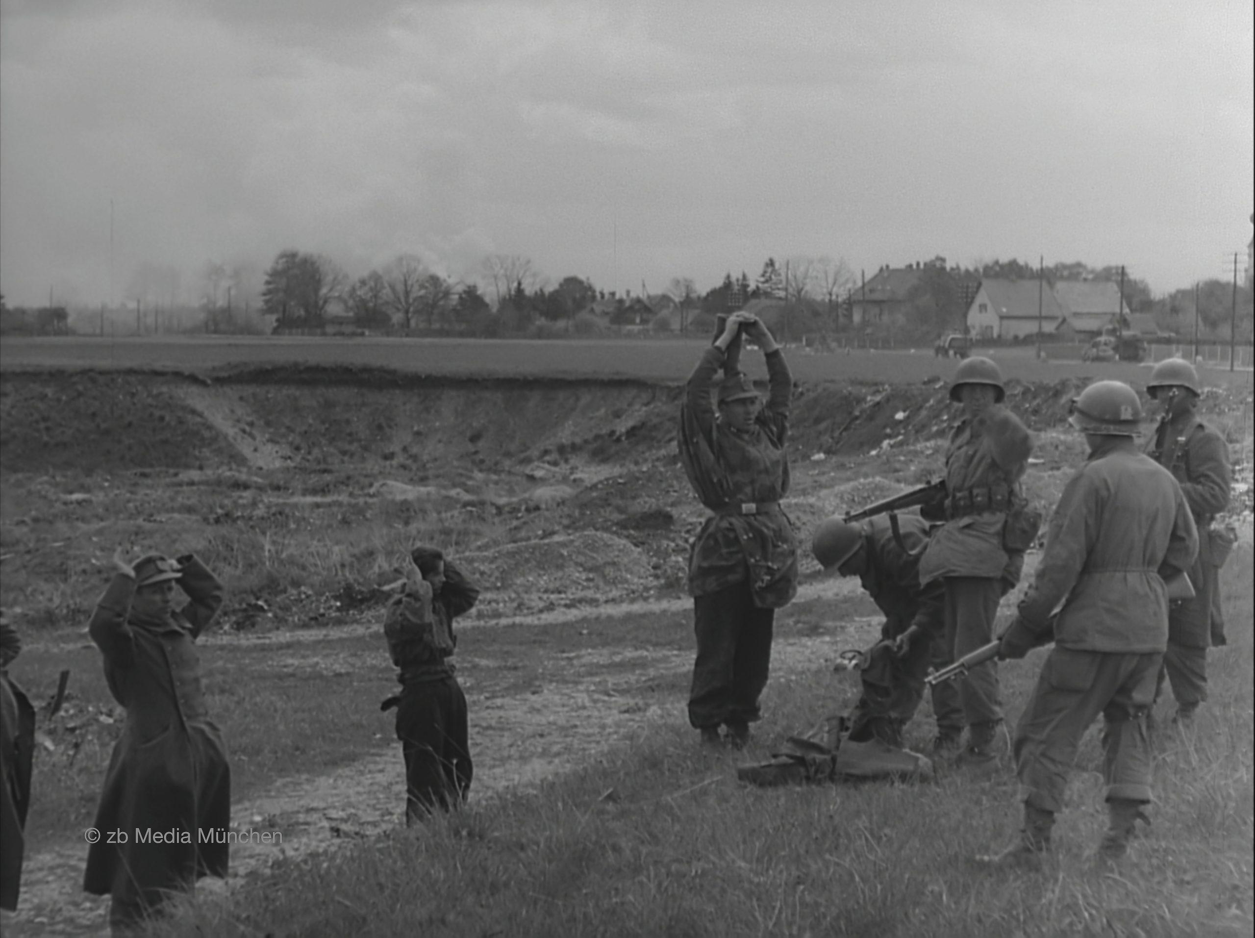 Gefangennahme deutscher SS Soldaten durch amerikanische Truppen, Gröbenzell bei München 30. April 1945