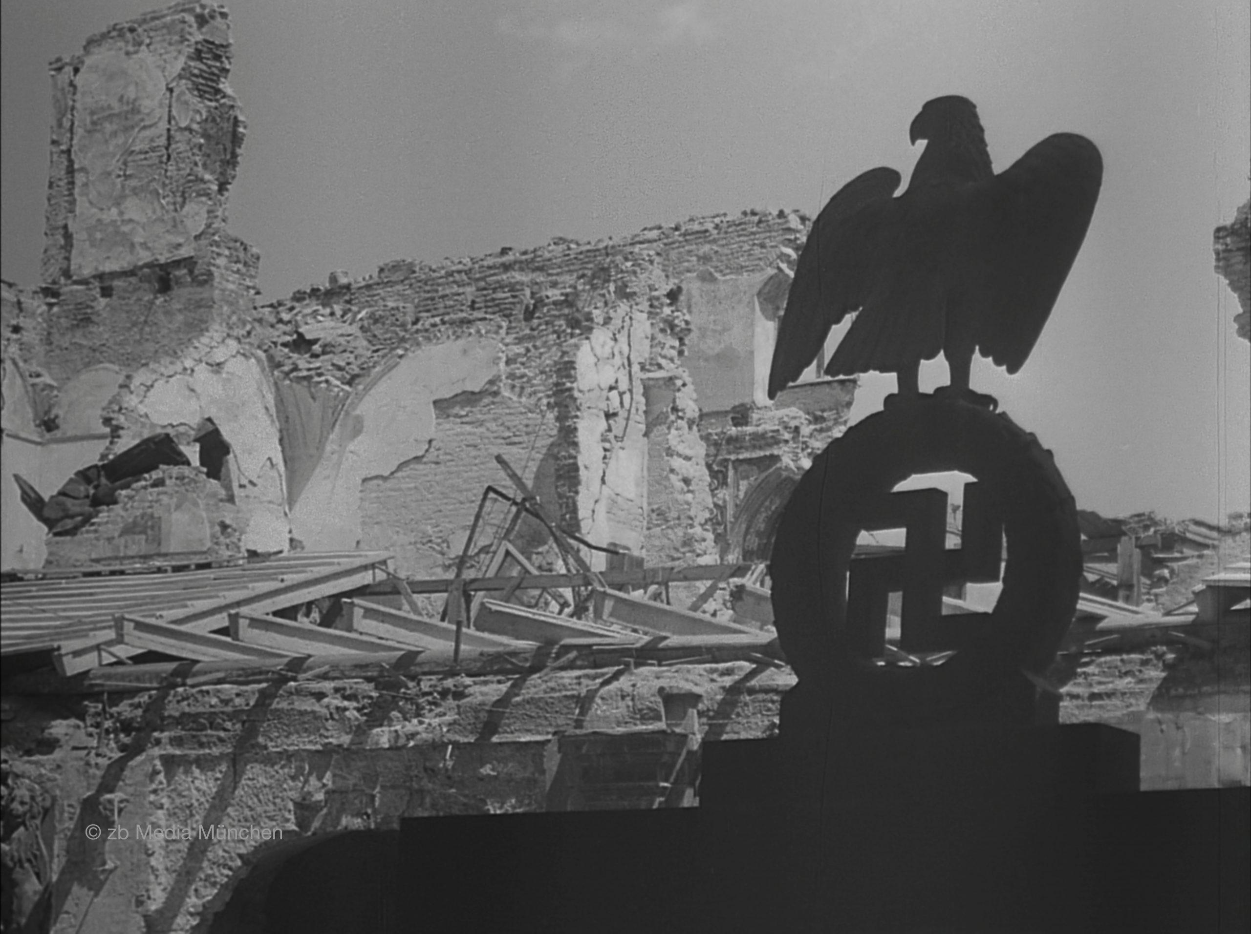 Residenz, Herkulessaal, München 5. Mai 1945, Ruine, Bombenschaden, von der Feldherrnhalle aus fotografiert mit Hakenkreuz und Adler