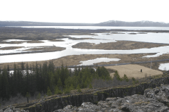Riftzone - im Vordergrund die Nordamerikanische Platte, am Horizont die Eurasische Platte