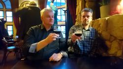 Im Cardinal gesehen: Zwei ältere Herren beim Silvesterumtrunk