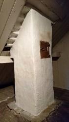 Mit Riss und recht locker: Schornstein mit altem Putz