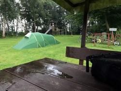 Da kommt Freude auf: Nasses Zelt zum Frühstück