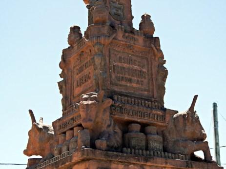 pomnik przed bramą