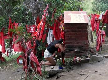 dziewczyna składa dary i modli się