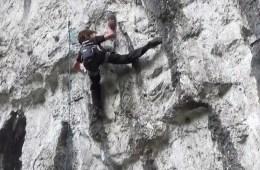 A 10 ans et quelques mois, Toby Roberts devient le plus jeune grimpeur anglais à réaliser Raindogs (8a) à Malham Cove (Royaume-Unis).