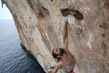 Alexander Huber a ouvert deux nouvelles voies sur les falaises de Capo Monte Santo en Sardaigne, Il Capitano (8b+) et Solemar (8a+).
