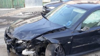 Șoferul vinovat de accident și-a abandonat mașina.