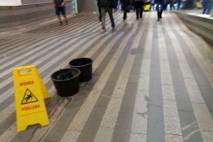 Kbelíky v hale pražského hlavního nádraží. Autor: Zdopravy.cz