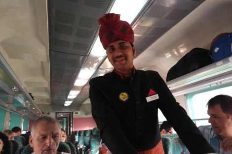 Stevard ve vlaku do Agry. Foto: ČD