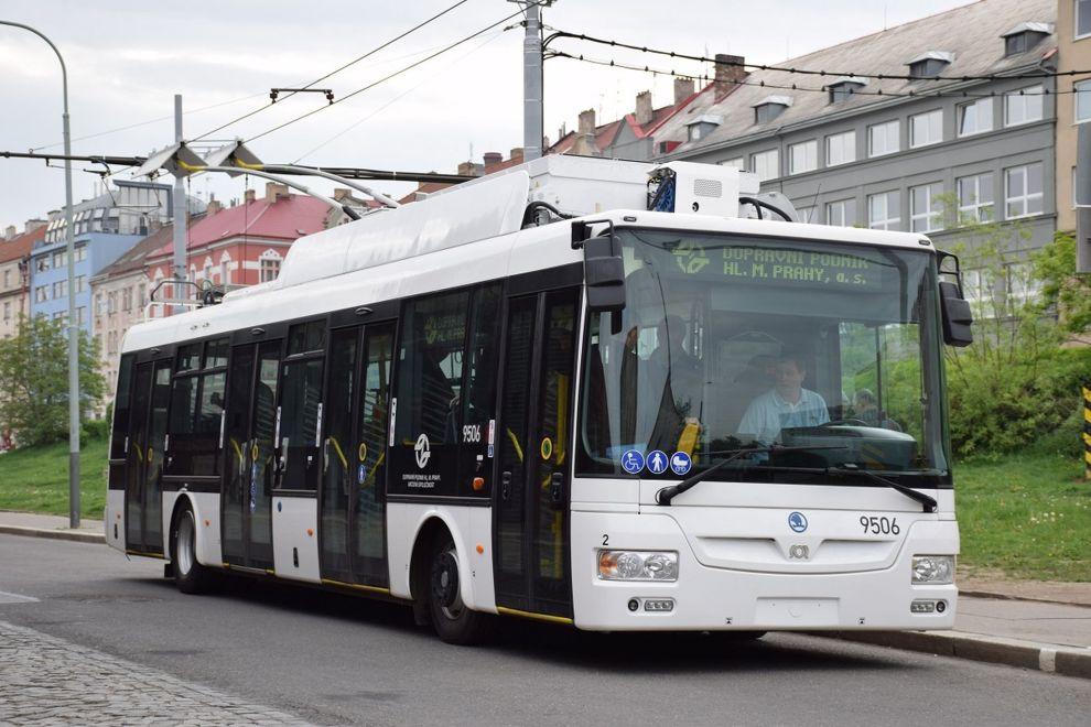 Trolejbus Škoda – SOR 30Tr na Palmovce. Foto: DPP