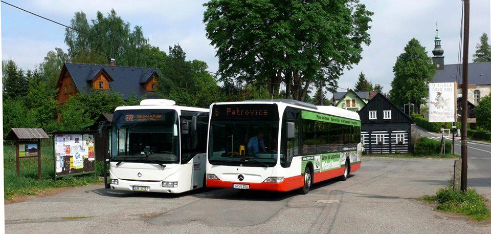 Setkání autobusů z německé a české strany Lužických hor v Petrovicích. Foto: Korid LK