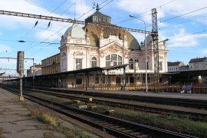 Výpravní budova Plzeň, hlavní nádraží. y Josef Klozar [CC BY-SA 2.5 (https://creativecommons.org/licenses/by-sa/2.5)], from Wikimedia Commons