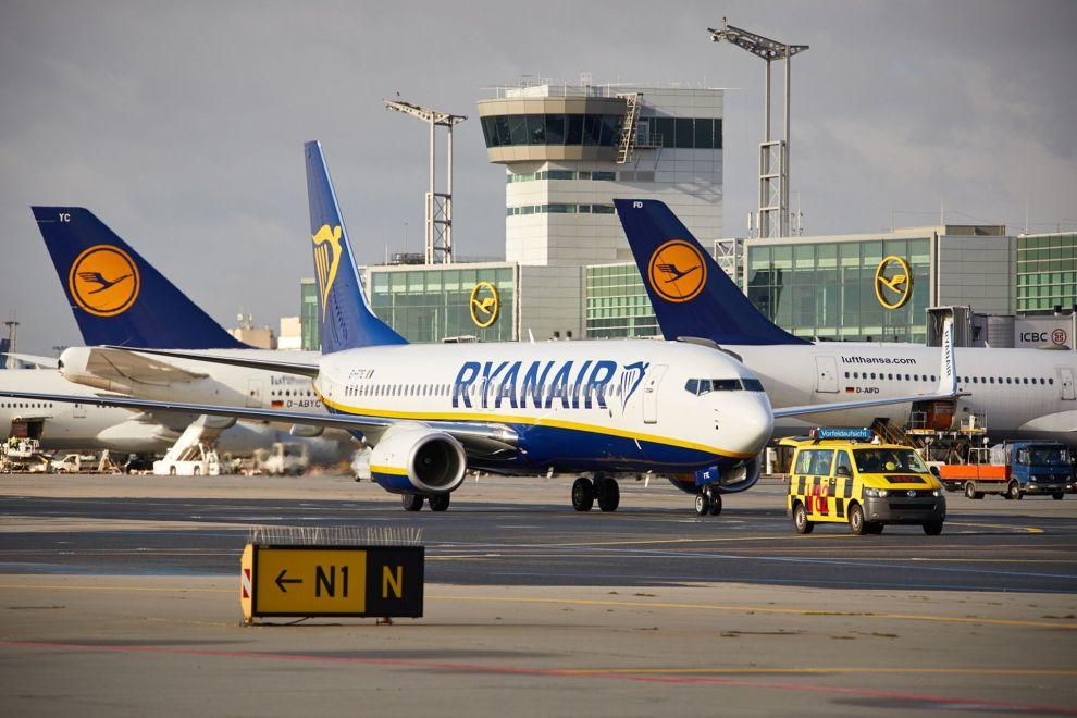 Letadla Ryanairu a Lufthansy na letišti ve Frankfurtu. Foto: Lufthansa