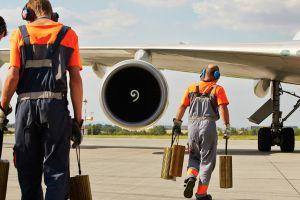 Pracovníci Czech Airlines Handling při práci na ploše letiště. Foto: Letiště Praha