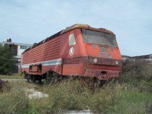 Lokomotiva řady 169 zvaná asynchron dnes chátrá v areálu plzeňské Škody. Autor: Soldan15 – Vlastní dílo, CC BY-SA 4.0, https://commons.wikimedia.org/w/index.php?curid=38119286