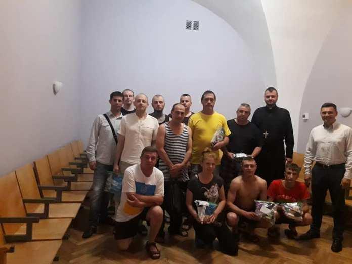 """37343316_10214837240418275_5864606550802300928_n Капелан та представники спільноти""""Лицарі Колумба"""" відвідали військових у Центральному госпіталі ЗСУ у Києві"""