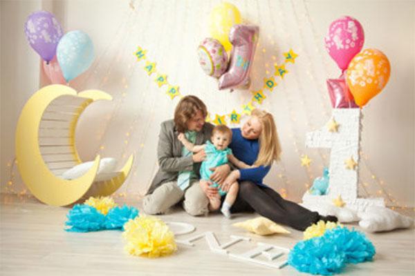 Папа, мама с дочкой. Комната украшена по случаю первого года рождения