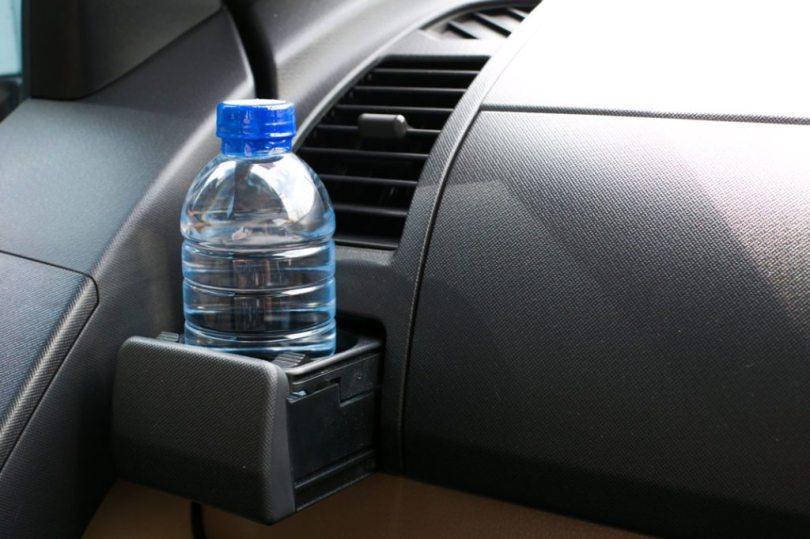 plastična boca u zagrijanom autu
