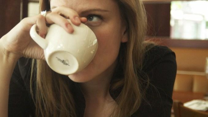 жена с кафе