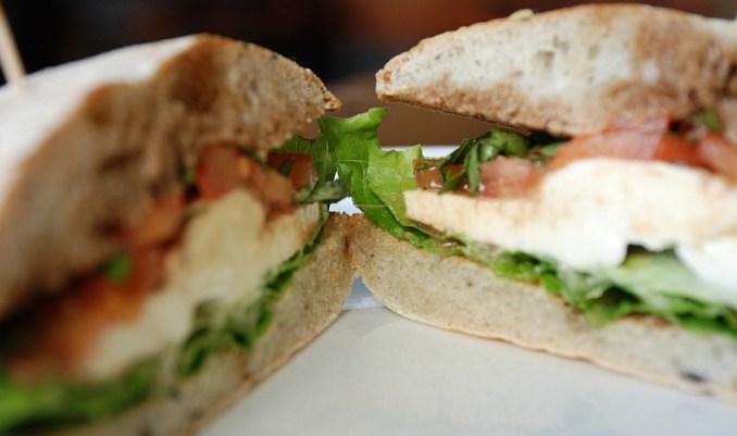 сандвич с босилек, домат и моцарела