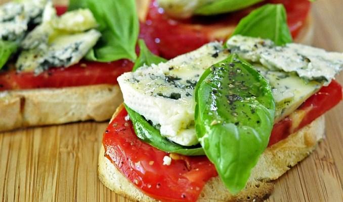 сандвич с босилек, домат и синьо сирене